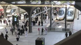 Madinah, la Arabia Saudita - 27 de mayo de 2019: Los pasajeros llegaron la estación de Medina HSR en Medina, la Arabia Saudita almacen de metraje de vídeo