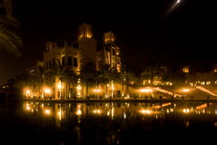 Madinat Jumeihra bij nacht stock fotografie