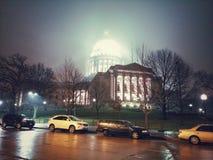 Madison Capitol em um dia extremamente frio com névoa e o inverno ajardinam fotografia de stock