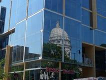Madison, edificio del capitolio de los Wi visto con una reflexión Fotos de archivo libres de regalías