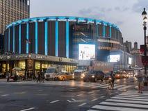 Madison Square Garden i New York City på natten royaltyfri fotografi