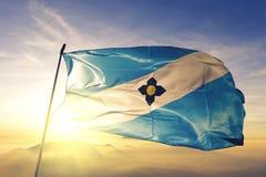 Madison-Stadthauptstadt von Wisconsin des Flaggentextilstoffgewebes Vereinigter Staaten, das auf den Spitzensonnenaufgangnebelneb lizenzfreie stockfotos