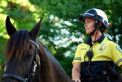 MADISON, WI - 31 août 2014 : L'officier de patrouille monté Serves et se protège Photo libre de droits
