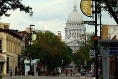 MADISON WI - AUGUSTI 3rd, 2014: Beskyddare tycker om ett av Madisons bästa lägen: State Street och Kapitoliumfyrkanten Royaltyfria Foton