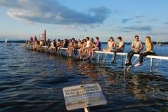 MADISON, WI - 3 JULI, 2014: De universitaire studenten verzamelen zich bij de Herdenkingsunie Terrrace Stock Afbeelding