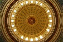 MADISON WI - JULI 2014: Den Wisconsin capitolbyggnaden är den viktigaste gränsmärket i tillståndet Arkivfoton
