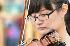 MADISON WI - Juli 11th, 2015: Violinisten utför på Wisconsin Kapitoliumfyrkant arkivbilder