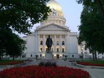 Madison Wi-Kapitoliumbyggnad som beskådas till och med en reflexion royaltyfria bilder