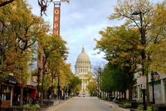MADISON WI - OKTOBER 4th, 2014: State Street i Madison En utmärkt sikt av Wisconsin statliga Kapitolium och den Orpheum teatern Fotografering för Bildbyråer