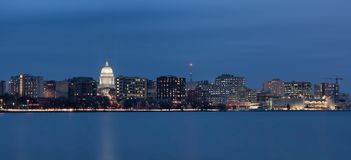 Madison Wisconsin i stadens centrum cityscape på natten Arkivbilder
