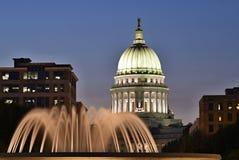 Madison, Wisconsin, U.S.A. Scena di notte con costruzione capitale e la fontana illuminata nella priorità alta Immagine Stock