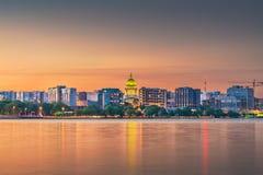 Madison Wisconsin, USA i stadens centrum horisont på sjön Monona royaltyfria foton