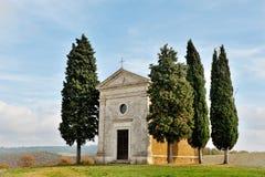 Madonna av Vitaleta kapell- och cypressträd i det tuscan bygdlandskapet, Val D ` Orcia, Tuscany, Italien arkivbilder