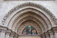 Madonna avec l'enfant sur le tympan d'église de Matthias Image stock