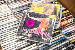 Madonna cd albumowi wyznania na Dance Floor 2005 na pokazie dla sprzeda?y, s?awnego Ameryka?skiego muzyka i piosenkarza, obraz stock