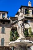 Madonna de Erbe fontana del delle de la plaza, Verona, Véneto, Italia fotos de archivo