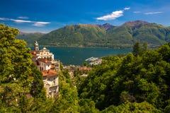 Madonna del Sasso Church in Locarno-stad, meer Maggiore & x28; Lago Maggiore& x29; en Zwitserse Alpen in Ticino, Zwitserland Stock Foto's