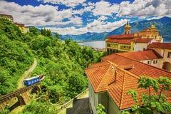 Madonna del Sasso Church nella città di Locarno, in lago Maggiore ed in alpi svizzere nel Ticino, Svizzera Immagine Stock Libera da Diritti