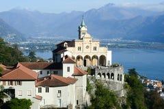 Madonna del Sasso, monasterio medieval en la roca pasa por alto el lago Fotos de archivo