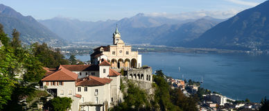Madonna del Sasso, monasterio medieval en la roca pasa por alto el lago Foto de archivo libre de regalías