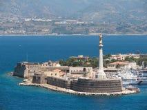Madonna dellaLettera staty i Messinas port Arkivbild