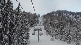 Madonna Di Campiglio, Italia Gli sciatori stanno muovendo verso la cima della montagna con una seggiovia Neve fresca video d archivio