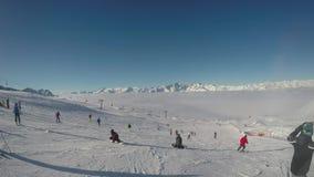 Madonna Di Campiglio, Italia Paisaje que sorprende en las cuestas del esquí en la llegada de la telesilla Groste metrajes