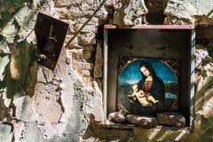 Madonna e criança na igreja arruinada fotos de stock