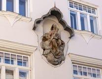 Madonna en Kindbeeldhouwwerk opgezet die op een muur, door een net in Krems, Oostenrijk wordt beschermd royalty-vrije stock afbeeldingen