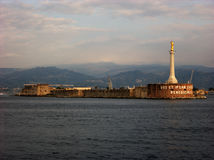 Madonna-gouden het standbeeldvuurtoren van dellalettera bij de ingang van de haven van Messina in Sicilië Stock Fotografie