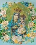 Madonna mit dem Kind in den Blumen Typisches katholisches Bild lizenzfreie stockfotos