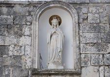Madonna-Statuenbeten, gelegen in einer Nische in Locorotondo, Süd-Italien Lizenzfreies Stockbild