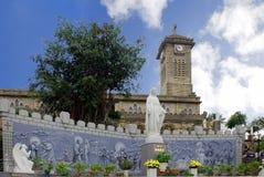 Madonna staty framme av den katolska domkyrkan i Nha Trang Vietnam royaltyfria foton