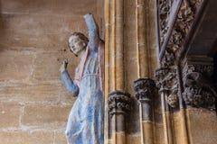 madonnacijfer aangaande oude kerkmuur Stock Fotografie
