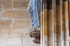 madonnacijfer aangaande oude kerkmuur Royalty-vrije Stock Foto's