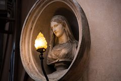 Madonny Madonnele rzeźba na powierzchowności budynek Antykwarski budynek z ramą z maryja dziewica fotografia royalty free