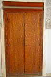 Περίκομψη χαρασμένη πόρτα κέδρων στο Madrasa Bou Inania στο Fez, Moroc Στοκ Εικόνα