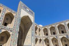 Madrasa fasad i Bukhara, Uzbekistan traditionell arkitektur arkivbild