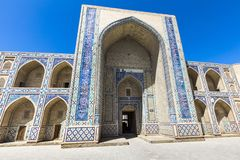 Madrasa fasad i Bukhara, Uzbekistan traditionell arkitektur royaltyfri foto