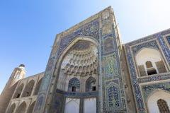 Madrasa fasad i Bukhara, Uzbekistan traditionell arkitektur royaltyfri bild