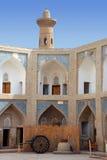 Madrasah en Bukhara y carro con la paja Imagen de archivo