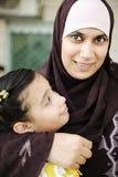 Madre árabe musulmán con su hija, fotos de archivo libres de regalías