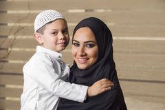 Madre árabe que celebra a su hijo imágenes de archivo libres de regalías