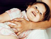 Madre abbastanza alla moda con la piccola figlia bionda sveglia che abbraccia, famiglia reale sorridente felice, concetto dei gio Immagini Stock Libere da Diritti