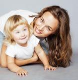 Madre abbastanza alla moda con la piccola figlia bionda sveglia che abbraccia, famiglia sorridente felice, concetto dei giovani d Immagini Stock Libere da Diritti