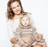 Madre abbastanza alla moda con la piccola figlia bionda sveglia che abbraccia, famiglia sorridente felice, concetto dei giovani d Immagine Stock
