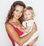 Madre abbastanza alla moda con la piccola figlia sveglia che abbraccia, famiglia sorridente felice, concetto dei giovani della ge Immagini Stock