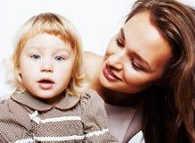 Madre abbastanza alla moda con la piccola figlia sveglia che abbraccia, famiglia sorridente felice, concetto dei giovani della ge Fotografia Stock Libera da Diritti