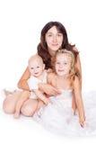 Madre abbastanza felice dei giovani con i suoi bambini Immagine Stock