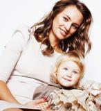 Madre abbastanza reale di modo con la piccola fine bionda sveglia della figlia Immagine Stock